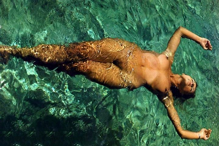 Beim schwimmen nackt Zierliche Nina